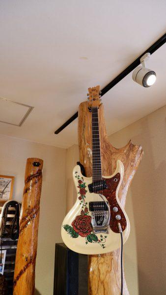 田舎門 店内オブジェのギター