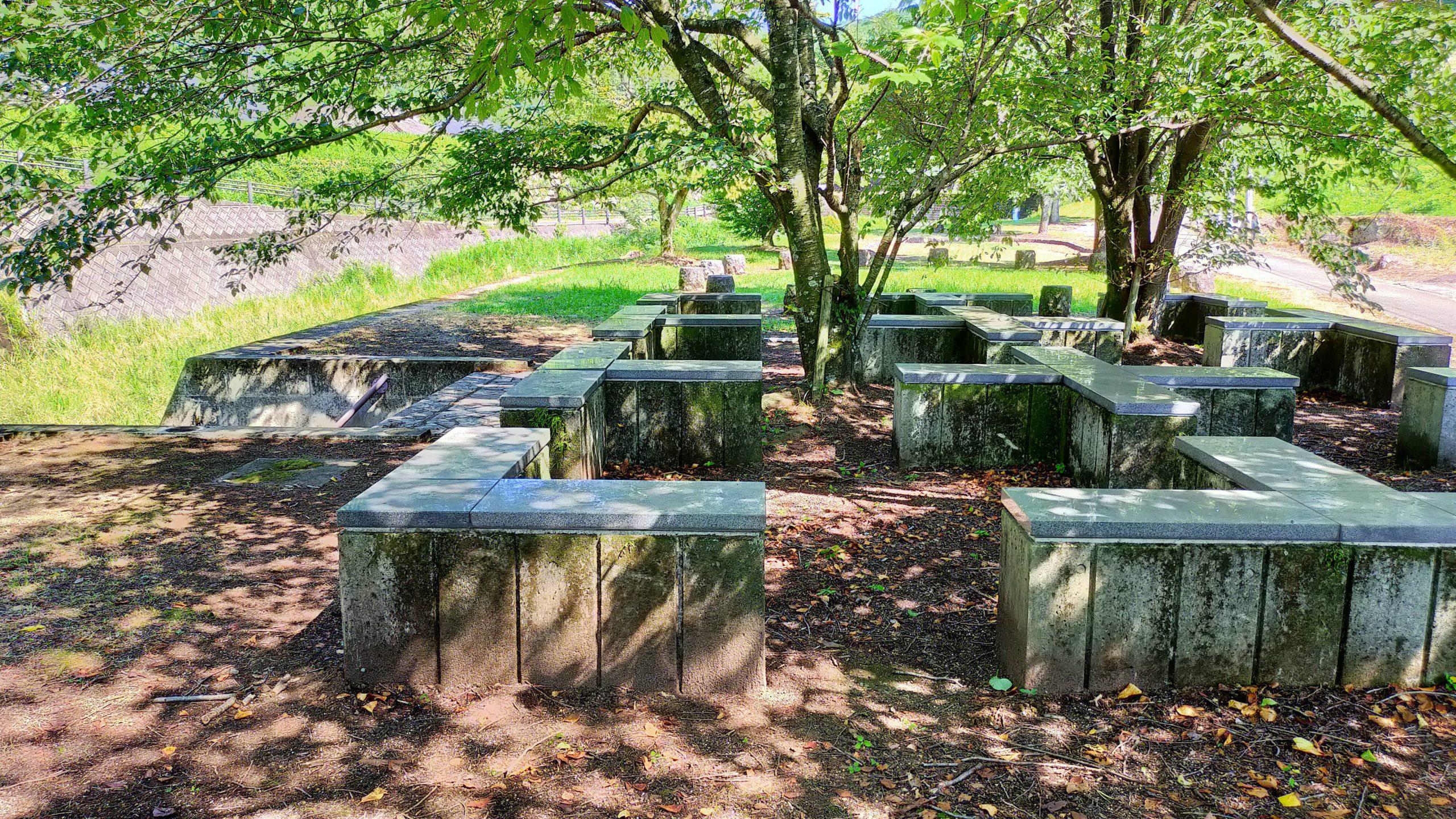 木山川沿いの広場 木陰のベンチ