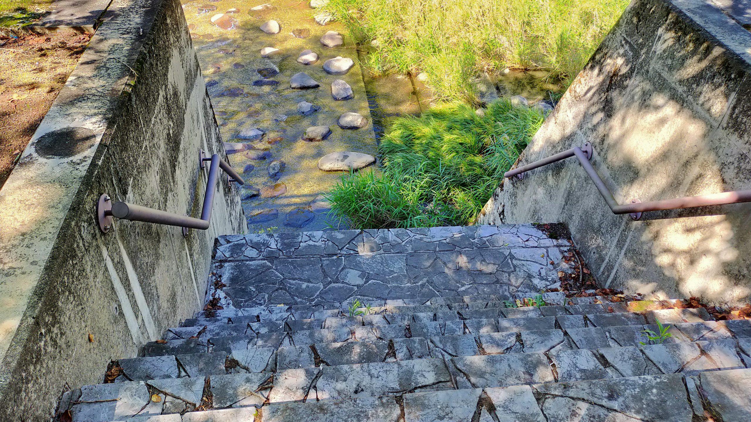 木山川沿いの広場 川への階段